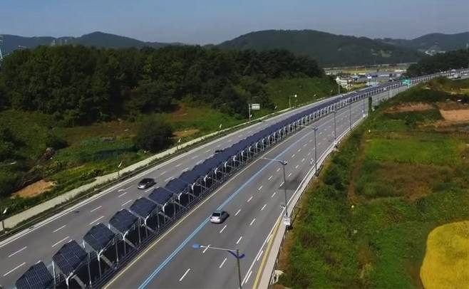 Bike lane down center of Korean highway is covered with solar panels : TreeHugger